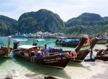 Лодки на Пи-Пи Дон, позади причал для паромов