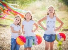 Три сестры с яркими бумажными шарами