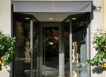 Дверь  магазинчика MADAMA в Бергамо