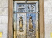Дверь  церкви в Бергамо