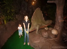 Дети на территории Дино Парка