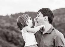 ЧБ папа с дочкой