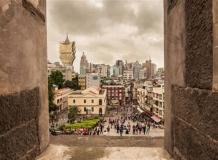 Вид на город со второго этажа руин Святого Петра