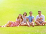 Семья на лужайке