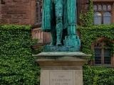 Cтатуя в кампусе Принстонского университета