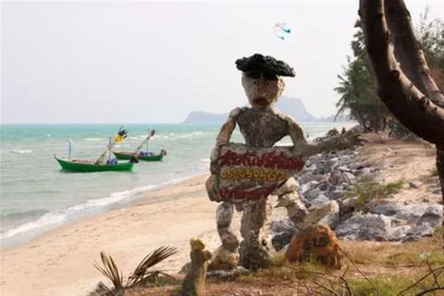 Скульптура в кафе на пляже