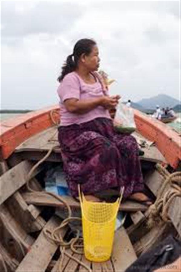 Беременная бирманка, жующая наркоту