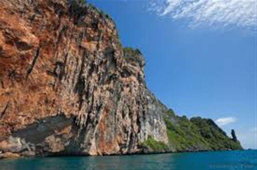 Скалы острова Пи-Пи Ле