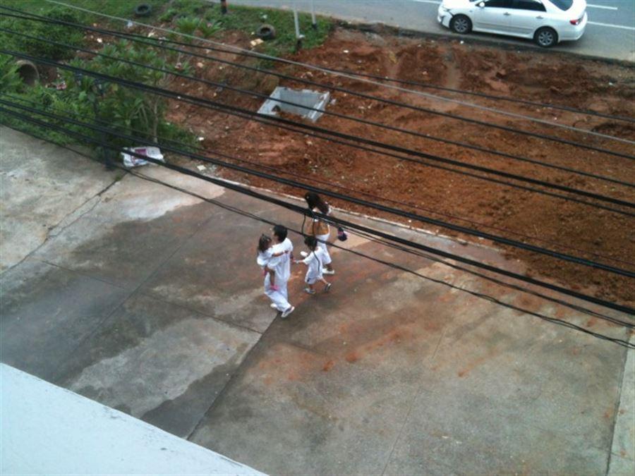 Семья в белом. Из окна офиса