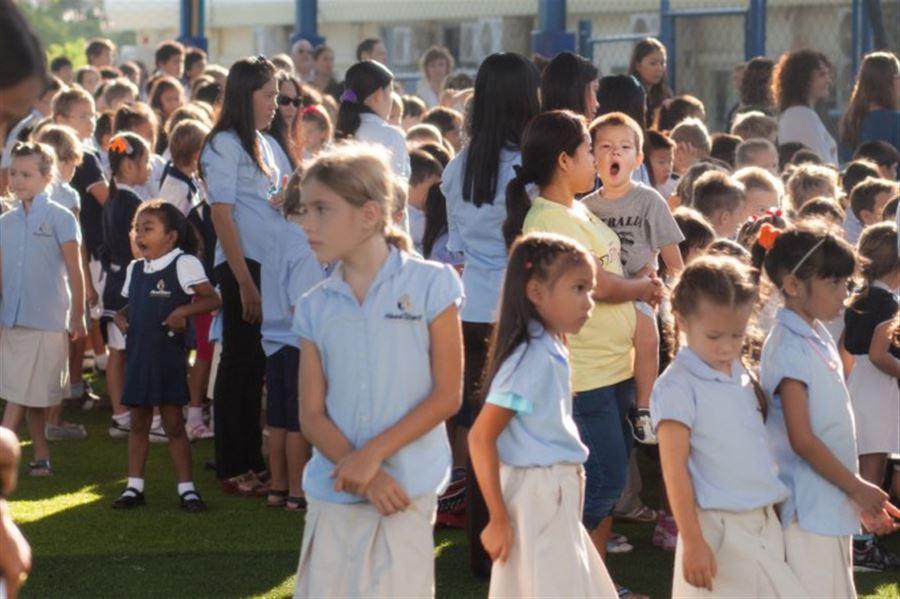 дети зевают на линейке в школе ))