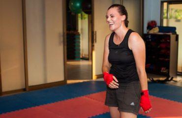 Девушка на тренировке по боксу