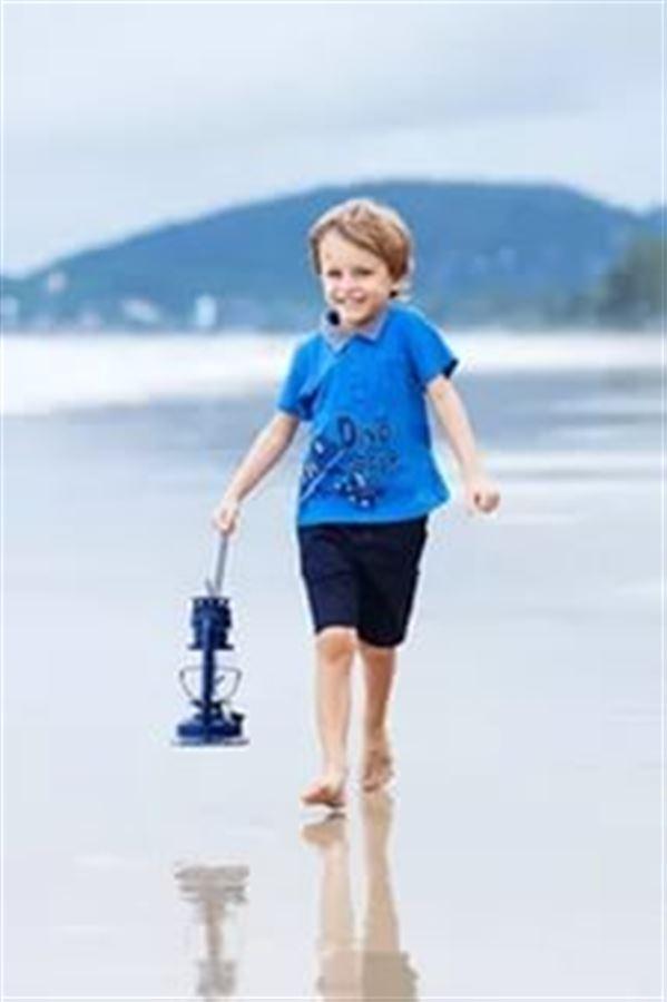 Мальчик с фонарем у моря