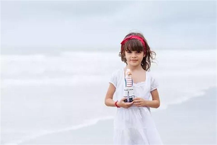 Девочка в белом платье на море