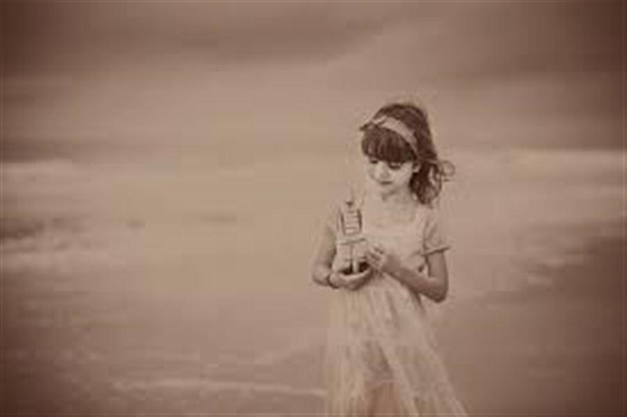 Девочка на пляже, сепия