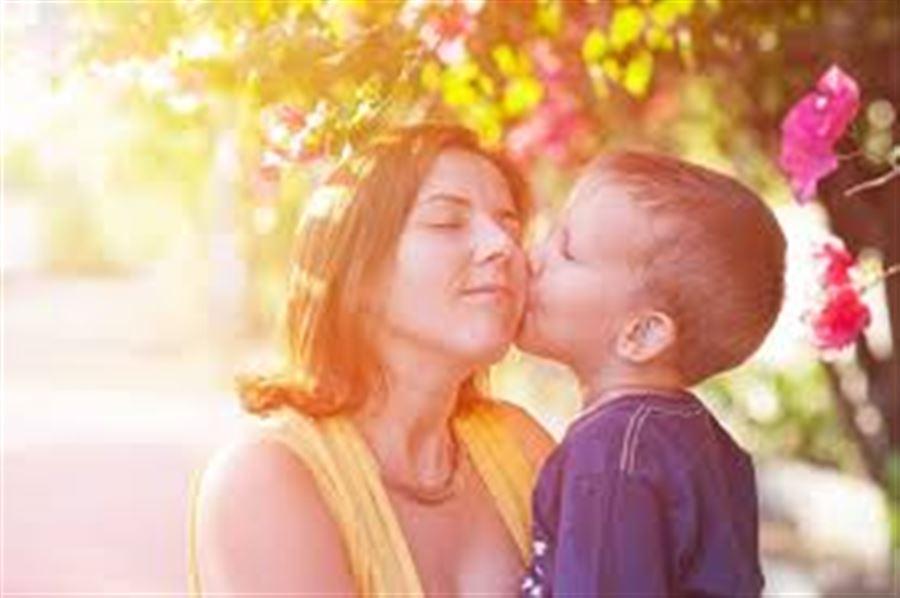 Мама с сыночком на закатном солнышке