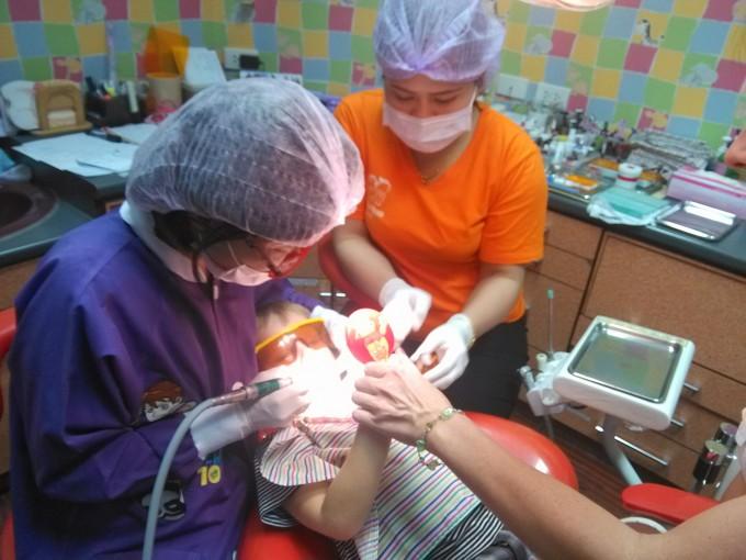 Чистка зубов у детского стоматолога