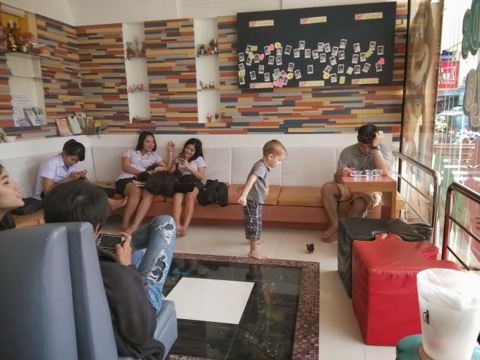 Аквариум в полу в семейной клинике