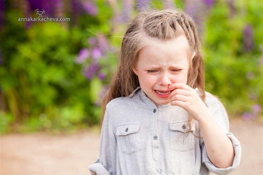 Плачущая девочка в поле