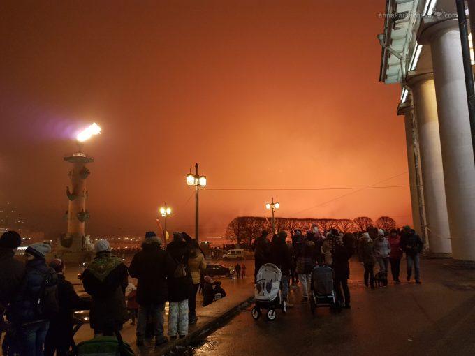 Ростральные колонны огонь на день снятия Блокады