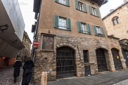 Фреска на стене здания в Бергамо
