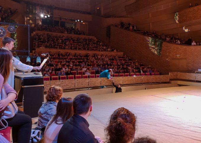 Дирижер подает бокал вина во время оперы