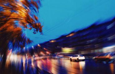 Машина в ночном городе